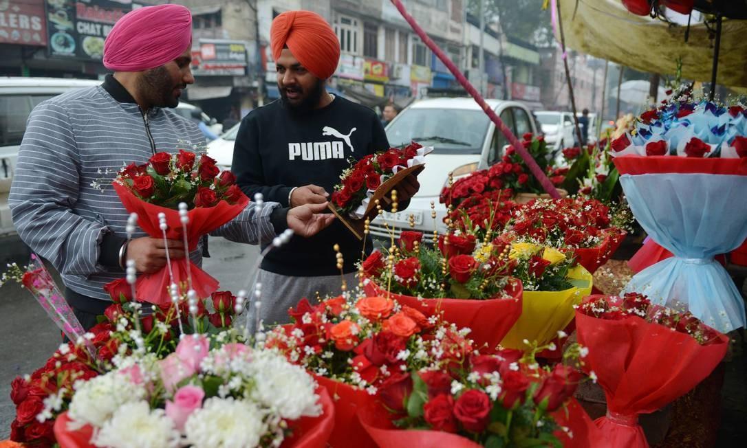 Indianos compram rosas em uma banca de flores em Amritsar, Índia Foto: NARINDER NANU / AFP