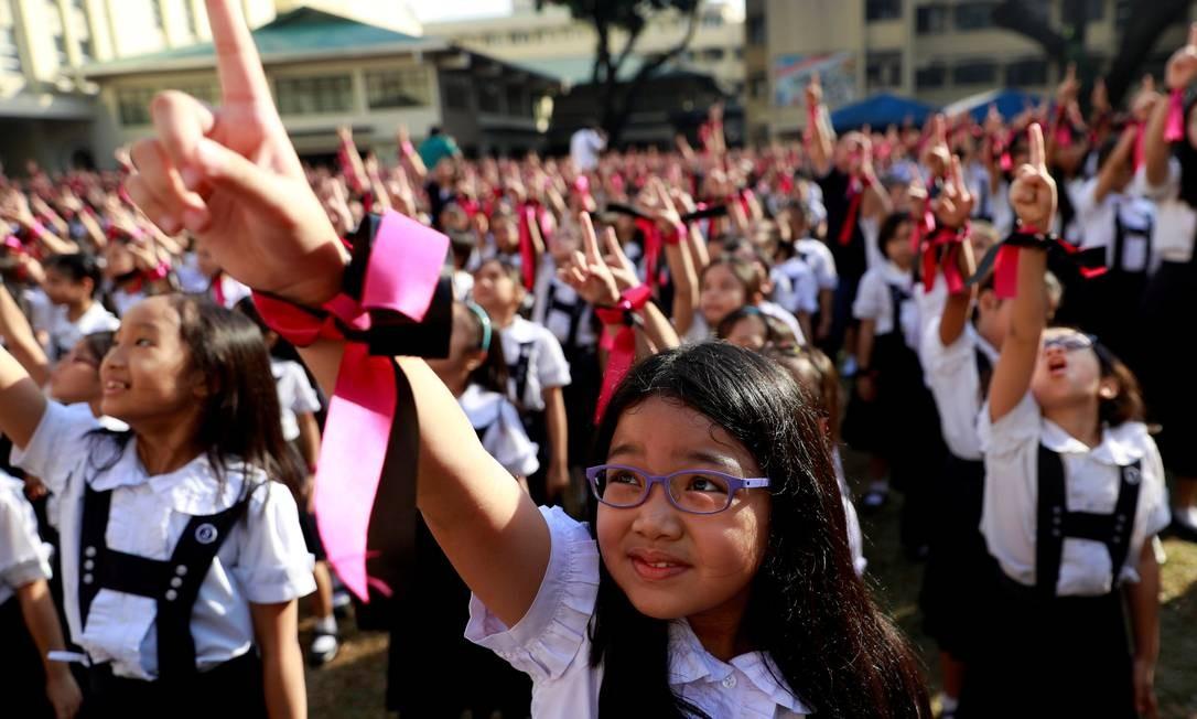 Estudantes filipinas participam da campanha global One Billion Rising, que visa acabar com a violência contra mulheres e crianças, durante a celebração do Valentine's Day em Manila, Filipinas Foto: ELOISA LOPEZ / REUTERS
