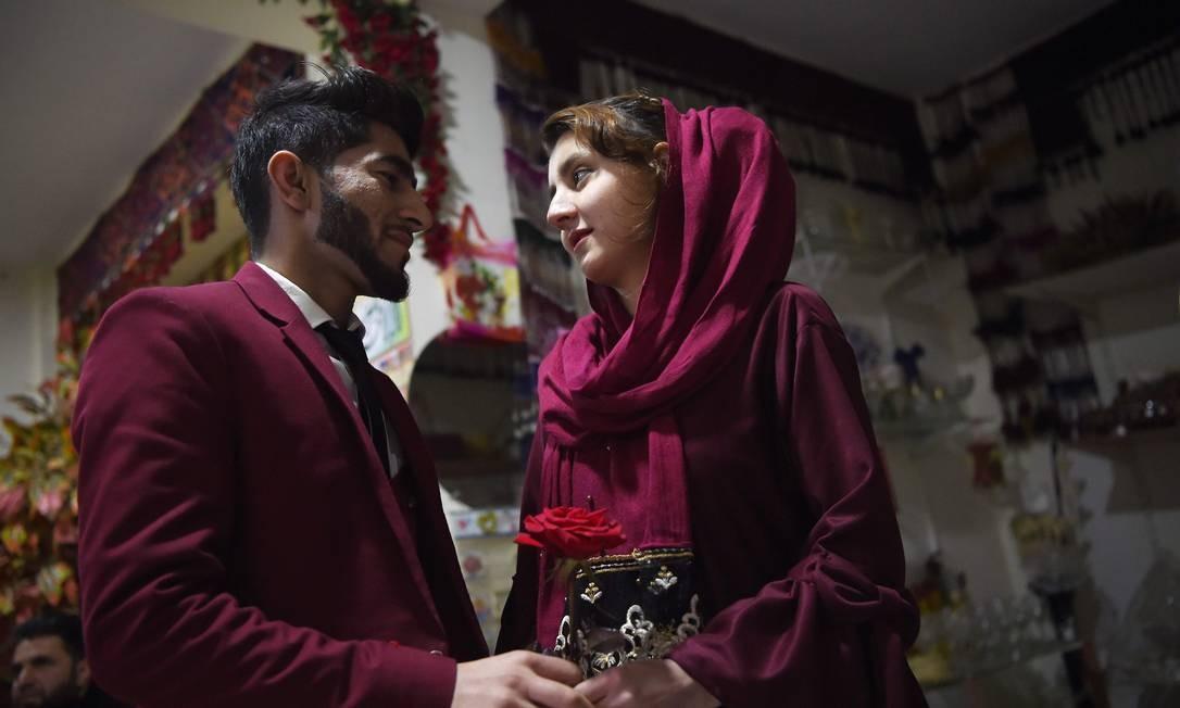 Casal afegão troca olhares durante o Valentine's Day em Cabul, no Afeganistão Foto: WAKIL KOHSAR / AFP