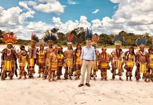 Ministro do Meio Ambiente posa ao lado de tribo no Mato Grosso Foto: Reprodução