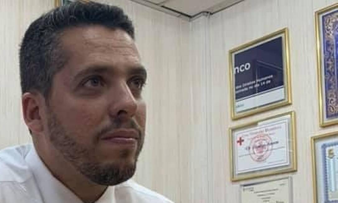 """Amorim afirma que """"fragmento da falsa placa é o símbolo da restauração da ordem no Rio de Janeiro"""". Foto: Foto de leitor"""