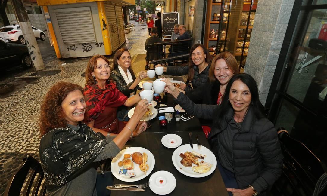 Grupo de amigas se encontra semanalmente em Icaraí para tomar café e botar os assuntos em dia Foto: Márcio Alves / Agência O Globo