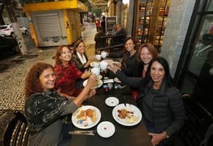 Bate-papo. Grupo de amigas se encontra semanalmente em Icaraí para tomar café e botar os assuntos em dia Foto: Márcio Alves / Agência O Globo