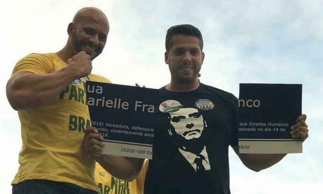 Em outubro do ano passado, Rodrigo Amorim, ao lado de Daniel Silveira, durante campanha eleitoral, quebrou placa em homenagem a Marielle Franco e exibiu como trofeu Foto: Reprodução