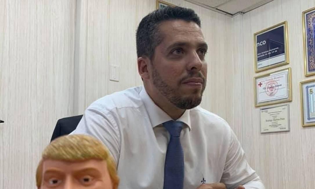 Rodrigo Amorim guardou parte da placa quebrada durante a campanha política, enquadrou e exibe em seu gabinete; ele diz que 'fragmento da falsa placa é o símbolo da restauração da ordem no Rio de Janeiro'; na mesa, um boneco do presidente dos Estados Unidos, Donald Trump Foto: Foto de leitor