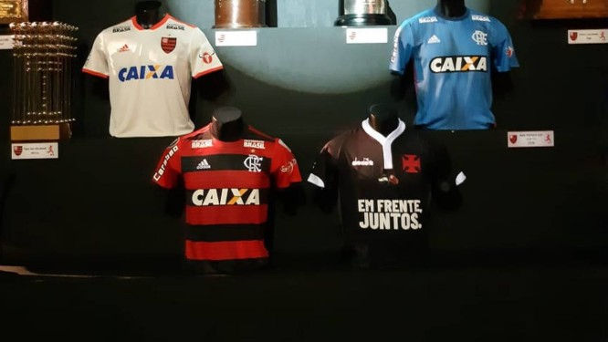 Camisa do Vasco homenageando o rival no museu do Flamengo Foto  Reprodução 8fcd2ad03f12a
