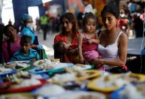 Alívio à fome. Migrantes venezuelanos fazem fila no comedor Divina Providência, nos arredores de Cúcuta: para muitos, o café da manhã e o almoço oferecidos ali são as únicas refeições do dia Foto: EDGARD GARRIDO / REUTERS