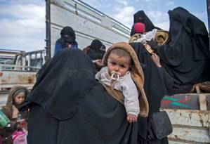 Civis que fogem de caminhão de batalha em Baghouz, no leste da Síria Foto: FADEL SENNA 14-02-2019 / AFP