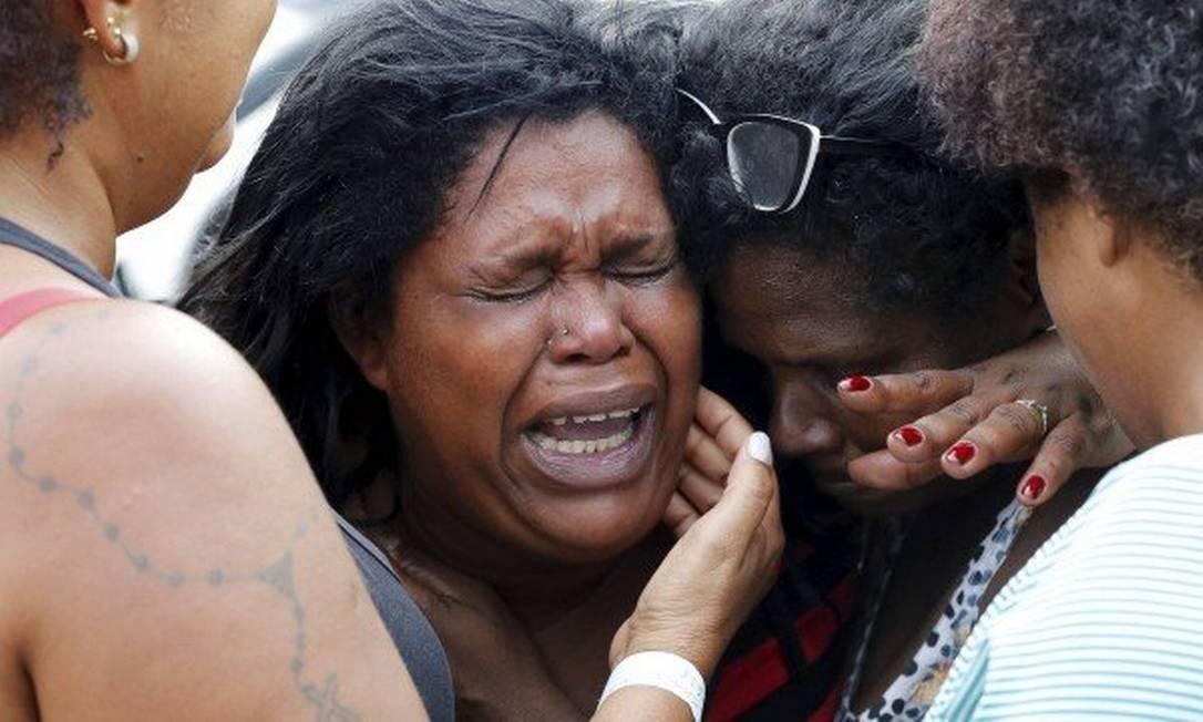 Kátia, a mãe de Jenifer, chora pela morte da menina Foto: Agência O Globo