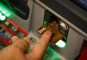 Caixa eletrônico: bancos têm que informar todas as condições das contas sem tarifas Foto: Pablo Jacob - Agência O Globo