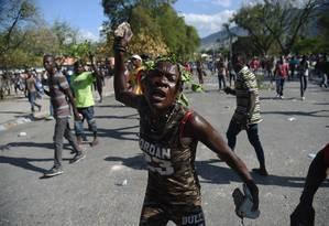 Manifestante gesticula durante confrontos com policiais em Porto Príncipe, no Haiti Foto: HECTOR RETAMAL / AFP