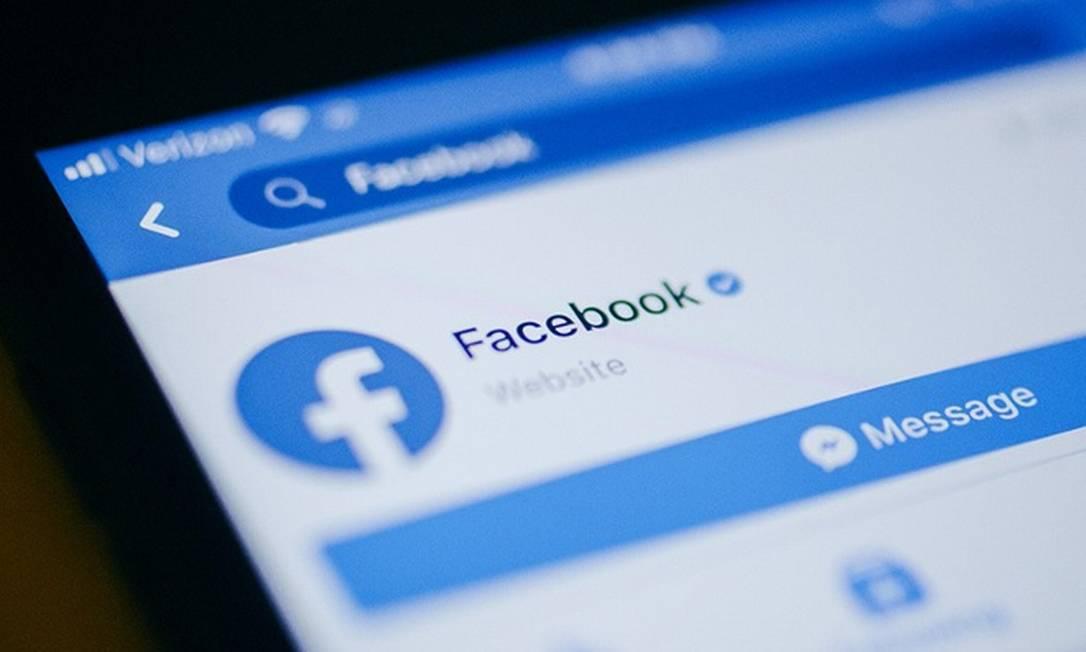 App do Facebook em um iPhone da Apple Foto: Bloomberg