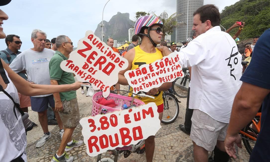 A inauguração foi marcada também por protestos de ciclistas, que abordaram o prefeito reivindicando redução de tarifa dos ônibus municipais e mais qualidade no serviço Foto: Custódio Coimbra / Agência O Globo