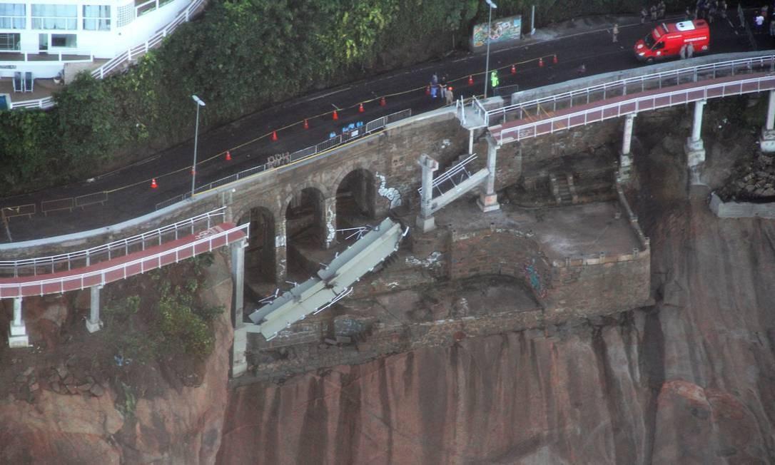 Vista aérea do trecho da ciclovia derrubado pelo mar em 2016, quatro meses depois da estrutura ser inaugurada Foto: Genílson Araújo / Agência O Globo