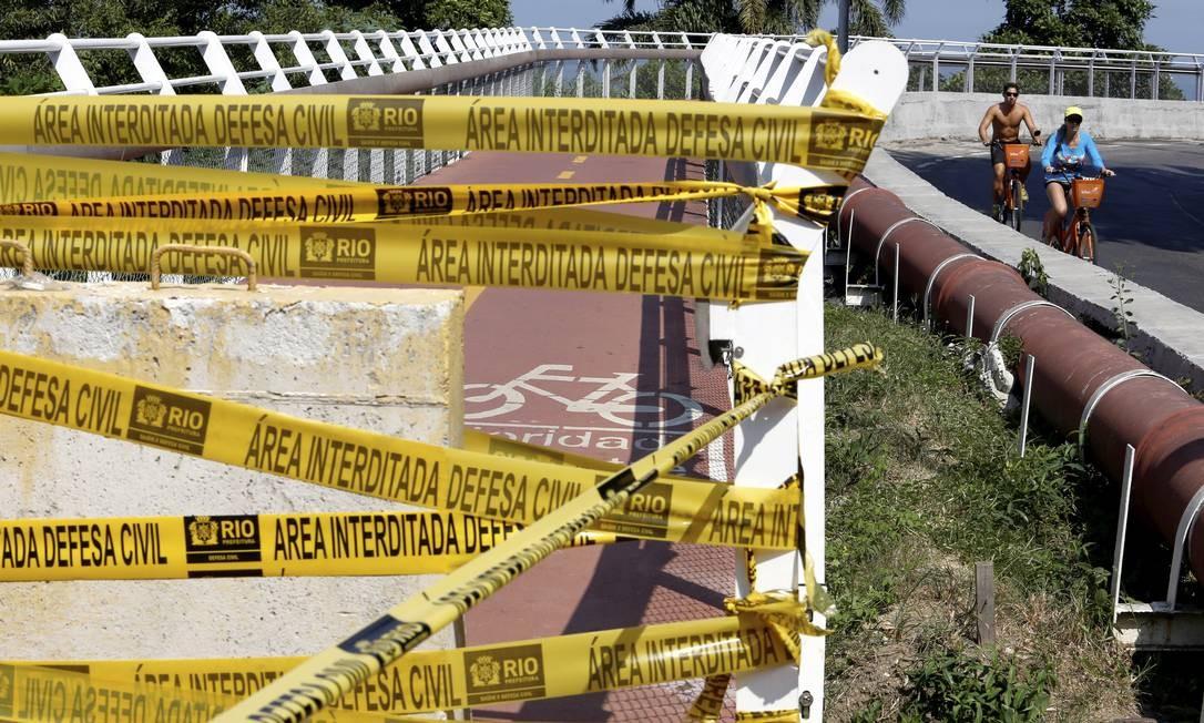 A queda de um trecho da estrutura dá início a uma série de interdições da ciclovia Foto: Thiago Freitas / Agência O Globo