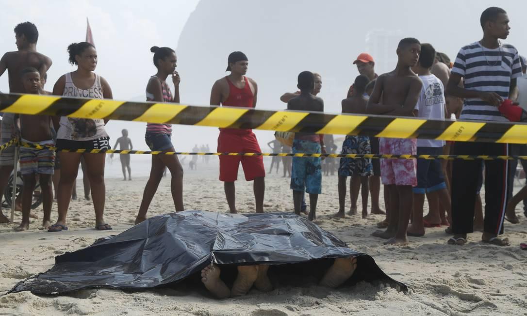 Duas pessoas morreram em decorrência da queda da estrutura. Elas passavam pela ciclovia no momento em que ela foi atingida pela onda Foto: Bárbara Lopes / Agência O Globo