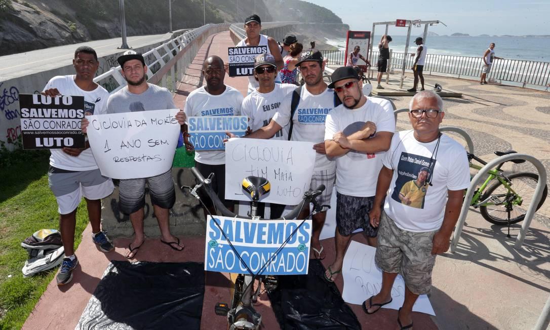 Protestos marcaram um ano da queda da Ciclovia Tim Maia. Manifestantes fizeram ato para relembrar a tragédia Foto: Márcio Alves / Agência O Globo