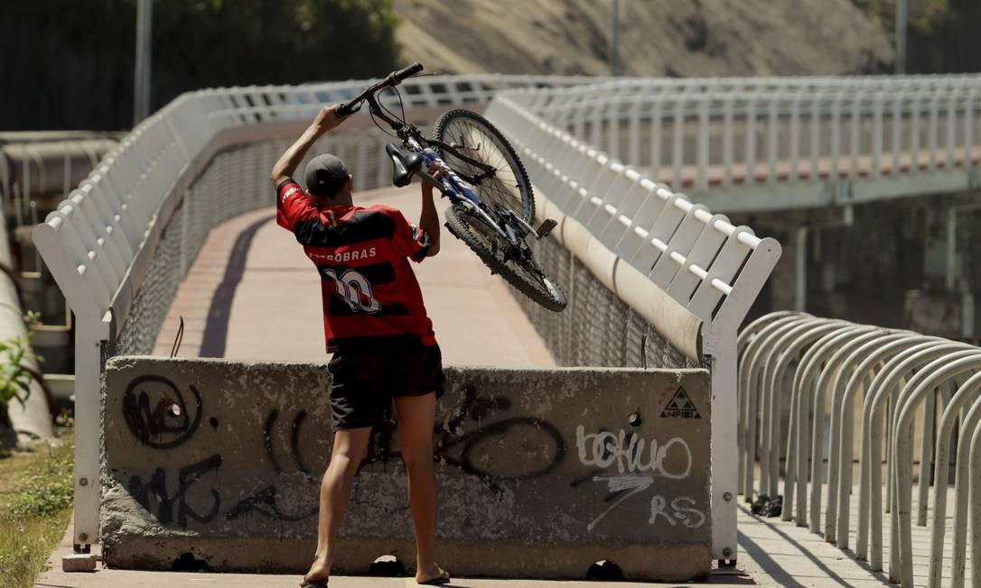 Mesmo com a proibição, ciclistas insistem em se arriscar pela via Foto: Gabriel de Paiva / Agência O Globo