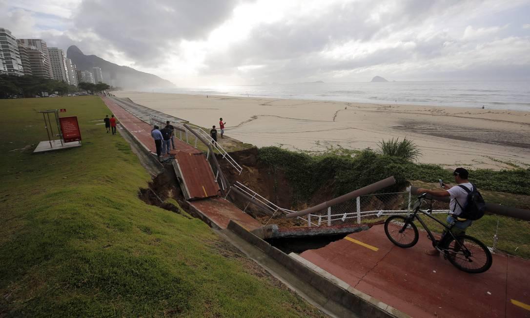 Outro trecho da ciclovia desabou, na altura do Joá, devido às fortes chuvas que caíram na cidade durante a madrugada do dia 15 de fevereiro de 2018 Foto: Marcos de Paula / Agência O Globo