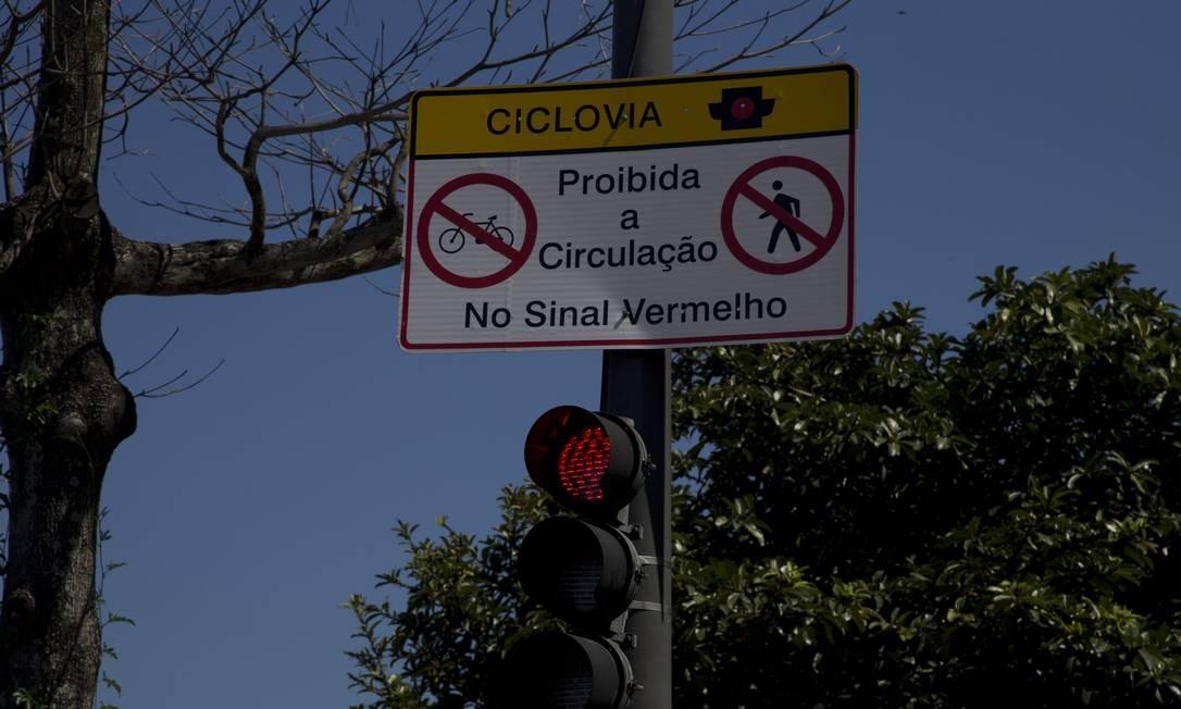 Sinalizações para controlar o movimento de ciclistas e pedestres na ciclovia passaram a ser utilizadas Foto: Antonio Scorza em 19/04/2018 / Agência O Globo