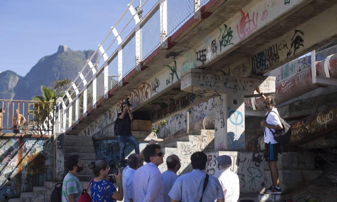 Integrantes da CPI da Câmara que investiga a ciclovia Tim Maia visitaram o local do acidente, em 12 de junho de 2018. Vereadores analisaram as obras feitas no local Foto: Márcia Foletto / Agência O Globo