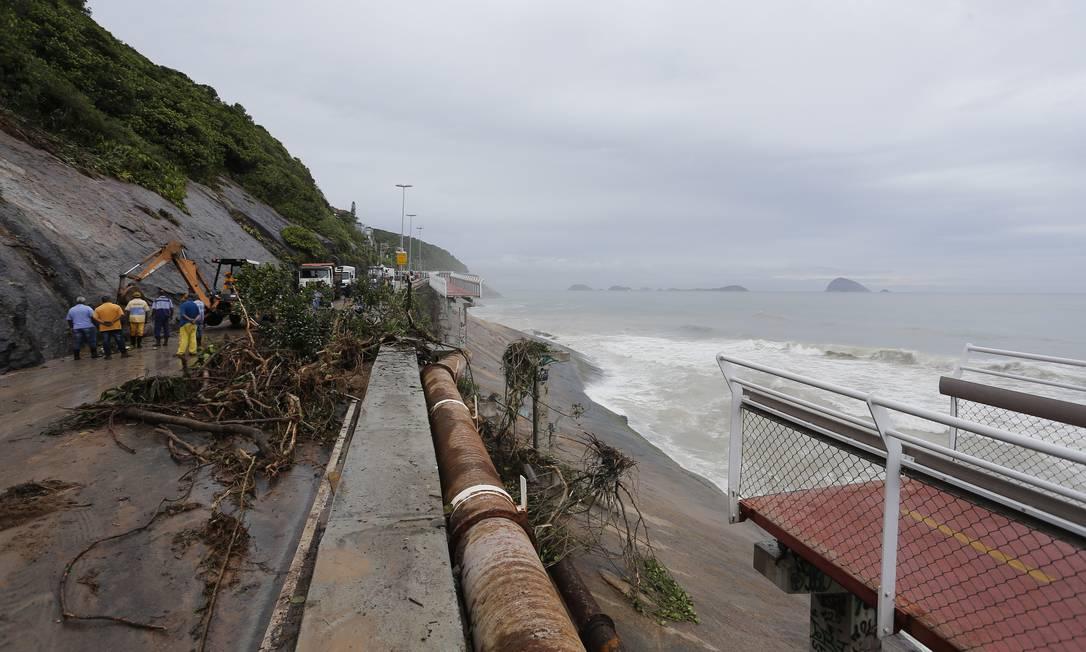 No último dia 7 de fevereiro de 2019, em decorrência de um forte temporal que atingiu o Rio de Janeiro, outro trecho da ciclovia, na Avenida Niemeyer, desabou após a queda de uma barreira que atingiu a estrutura Foto: Pablo Jacob / Agência O Globo