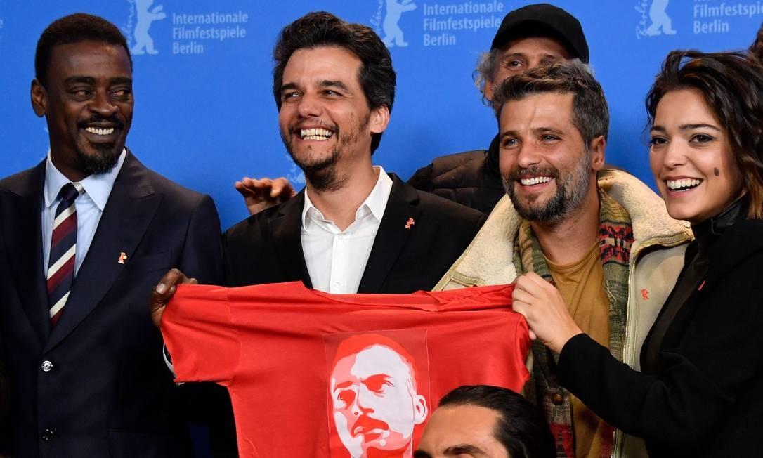 Seu Jorge, Wagner Moura, Bruno Gagliasso e Bella Camero no lançamento de 'Marighella', no Festival de Berlim Foto: JOHN MACDOUGALL / AFP