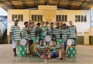 Meninada de ouro. Alguns dos jovens integrantes do Batuke Imperial, de São Cristóvão Foto: GABRIEL MONTEIRO / Agência O Globo