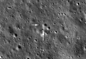 Imagem da sonda da Nasa LRO mostra o módulo de pouso Chang'e 4 (indicado pela seta maior) e o veículo robótico Yutu-2 (ste menor) no lado afastado da Lua Foto: Nasa/GSFC/Arizona State University