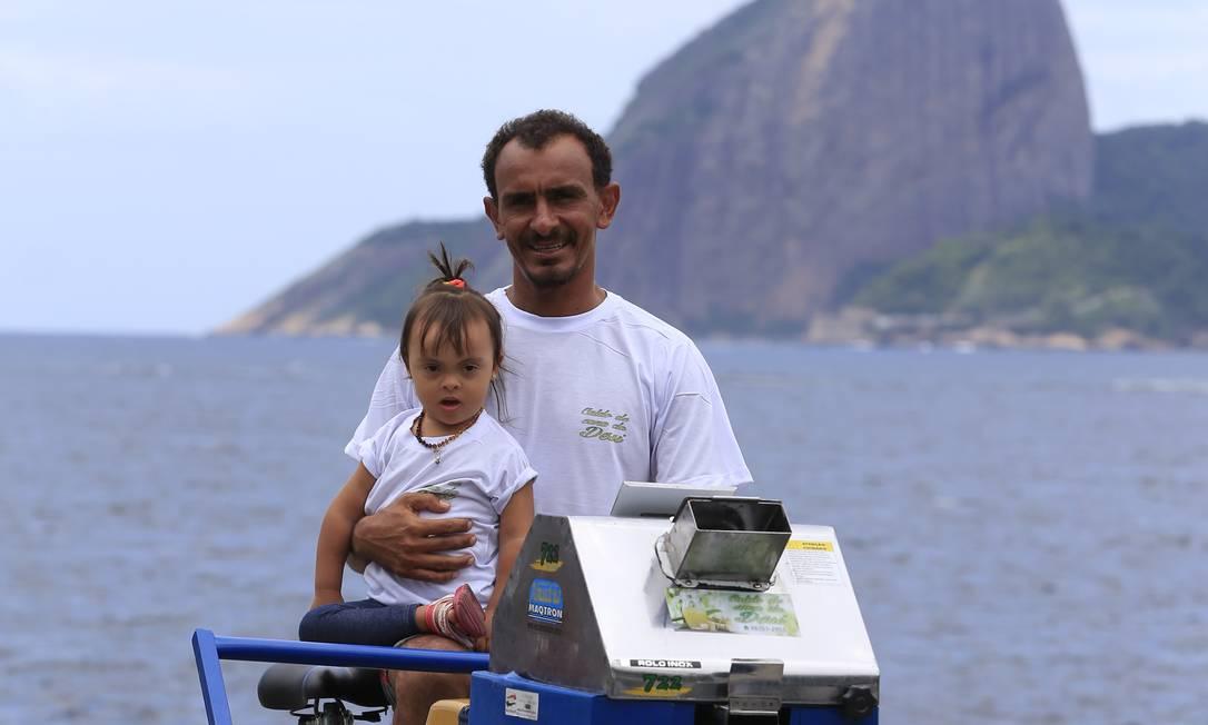 Thiago Villar e a filha Desirée, de quase 3 anos; nome da barraquinha (Desi) é uma homenagem à menina Foto: Roberto Moreyra / Agência O Globo