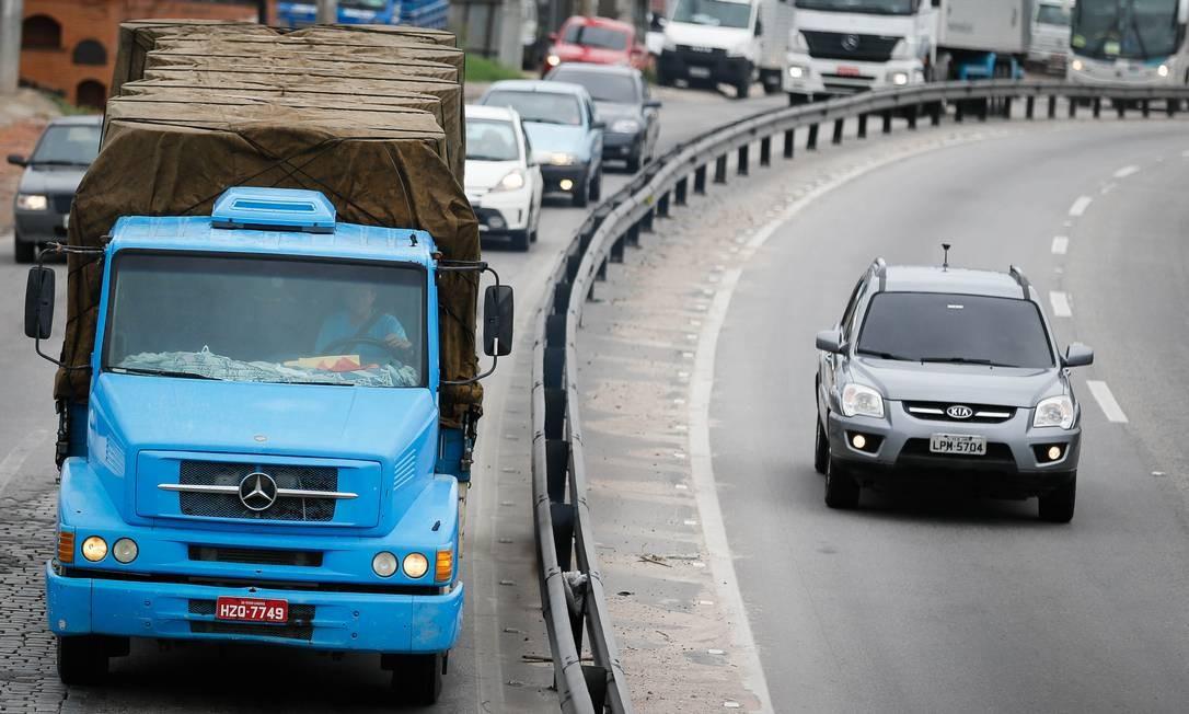 Caminhão na RJ-104: rodovia é uma das preferidas dos bandidos, segundo o tenente coronel Ronaldo Martins, comandante do 7º BPM (São Gonçalo) Foto: Roberto Moreyra / Agência O Globo