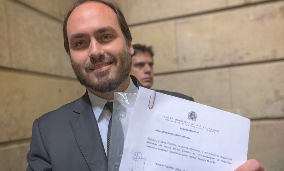 Carlos Bolsonaro assinou requerimento de vereador do PRTB para que o vice presidente Hamilton Mourão receba a medalha Pedro Ernesto Foto: Reprodução/Twitter