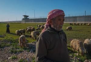 Pastores curdos levam ovelhas para pastar à beira do muro que separa a Turquia da Síria. Das torres de observação, soldados turcos armados acompanham a movimentação dos curdos Foto: Yan Boechat