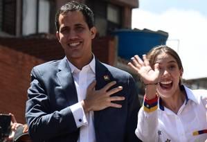 Juan Guaido, proclamado presidente interino da Venezuela pela Assembleia Nacional, e a mulher, Fabiana Rosales: ela foi sequestrada e seu pai morreu por falta de remédio Foto: FEDERICO PARRA / AFP