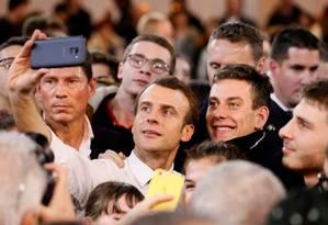 Macron faz uma selfie com estudantes durante encontro como parte do Grande Debate Nacional, em Etang-sur-Arroux, França Foto: EMMANUEL FOUDROT / REUTERS