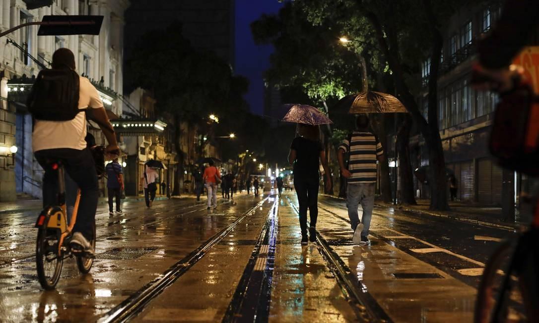 Na quarta-feira, cariocas enfrentaram a chuva para chegar ao trabalho Foto: GABRIEL MONTEIRO / Agência O Globo