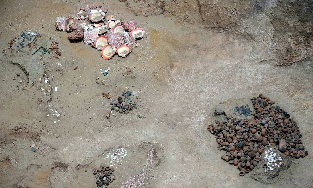 Imagem de alguns dos artefatos encontrados na câmara funerária inca recém-descoberta no Norte do Peru Foto: / AFP/Andina