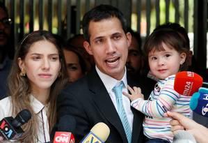 Opositor venezuelano, Juan Guaidó fala ao lado da mulher e da filha Foto: CARLOS GARCIA RAWLINS / Reuters/31-01-2018
