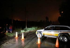 Policiais fecham acesso à comunicade dos Macacos, em Nova Lima, pela BR-040 Foto: CRISTIANE MATTOS / REUTERS