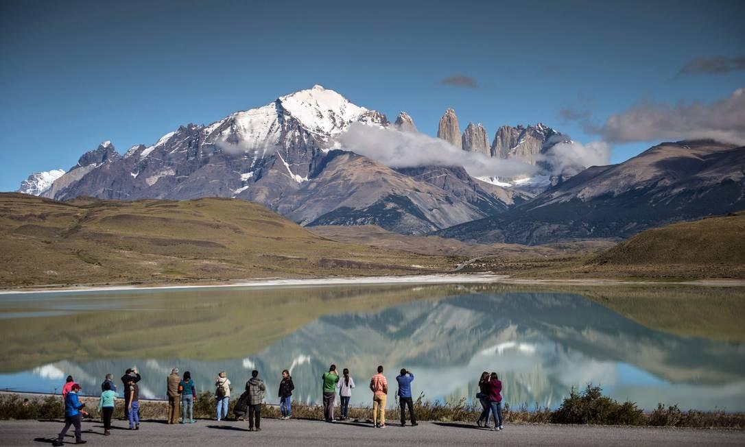 Turistas observam o parque nacional de Torres del Paine, um dos lugares mais visitados da Patagônia Foto: MARTIN BERNETTI / AFP/26-02-2016