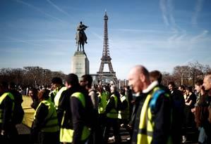 Coletes amarelos próximo à Torre Eiffel, neste domingo, dia 17 Foto: BENOIT TESSIER / REUTERS