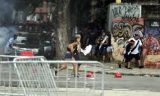 Houve muita correria e tumulto do lado de fora do Maracanã Foto: Alexandre Cassiano / Agência O Globo