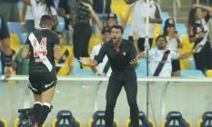 Danilo Barcelos comemora o gol do título com o técnico Alberto Valentim Foto: Alexandre Cassiano / Agência O Globo