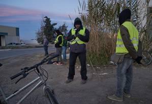 Necessários, mas indesejados. Imigrantes esperam por ofertas diárias de trabalho em El Ejido: 30% dos eleitores locais votaram no Vox, hostil à imigração Foto: NYT