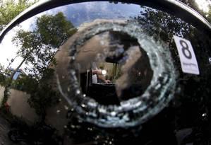 Agentes da Divisão de Homicídios fazem perícia no carro da vereadora Marielle Foto: Pablo Jacob / Agência O Globo