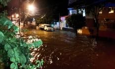 Chuva forte com muitos raios e trovões causa transtornos na cidade. A Rua dos Rubis em Rocha Miranda ficou alagada Foto: Domingos Peixoto / Agência O Globo