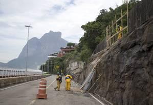 Avenida Niemeyer passa por obras desde as chuvas do dia 6 de fevereiro, quando um deslizamento matou duas pessoas num ônibus Foto: Márcia Foletto / Agência O Globo