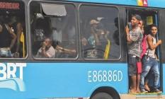 Passageiros se amontoam em ônibus lotado do BRT, no bairro de Paciência. Os coletivos do BRT que prestam serviço nas linhas Transolímpico e Transcarioca lideraram a lista das dez com maior número de reclamações em 2018 Foto: Marcelo Régua / Agência O GLOBO