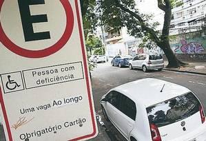 Carro sem licença estacionado em vaga para deficiente na Tijuca Foto: Pedro Teixeira / Agência O GLOBO