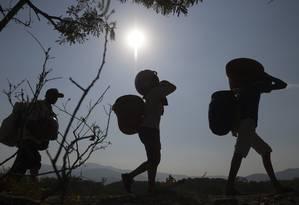 Caminhos clandestinos. Um grupo de pessoas cruza para a Venezuela por uma trilha perto da ponte Simón Bolívar, que conecta o país à cidade colombiana de Cúcuta: milhares escapam dos controles oficiais usando rotas alternativas Foto: RAUL ARBOLEDA / AFP